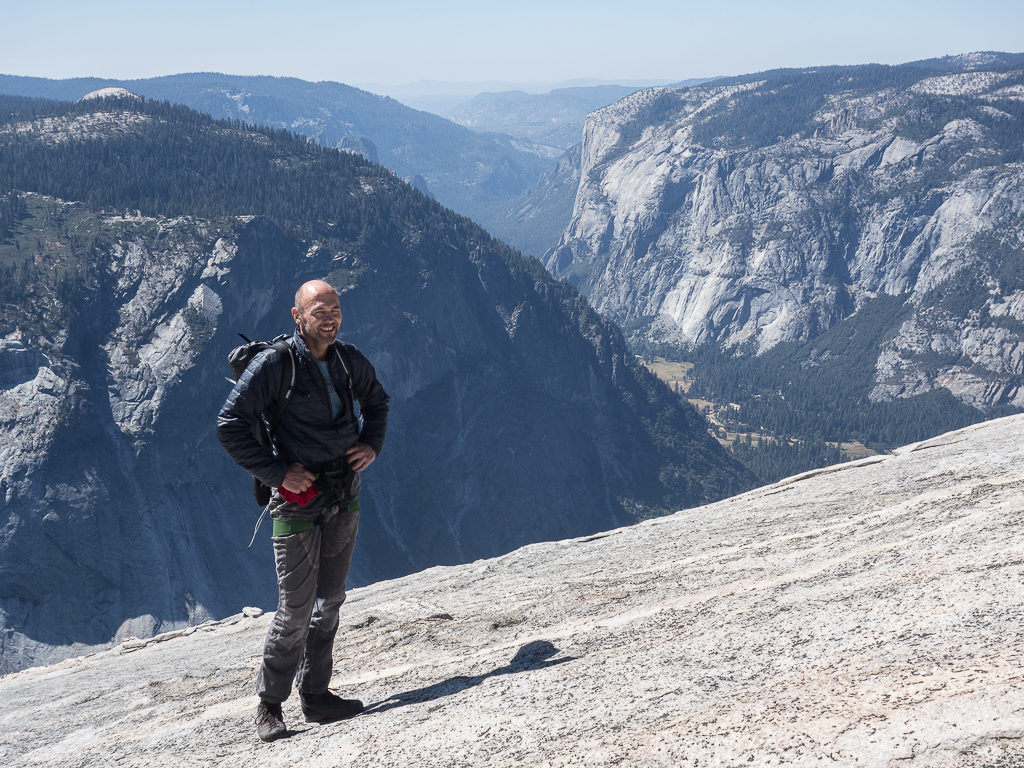 Nach der Klettertour geht es über steile Platten zum Gipfel.