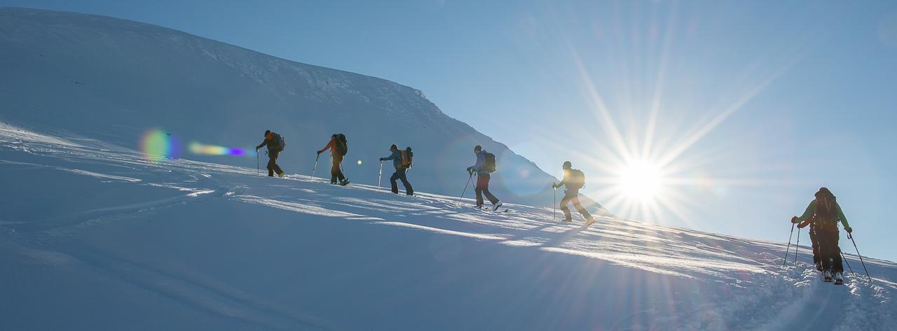 Skitour Gruppe im Aufstieg bei feinstem Wetter