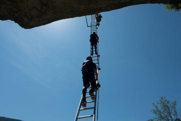 Ausgesetzte Leiter im Klettersteig