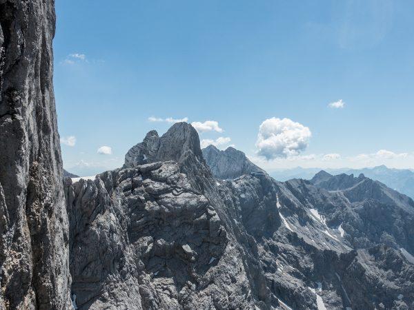 Blick zur Bergstation der Dachsteinseilbahn. Das geht sich heute noch locker aus.